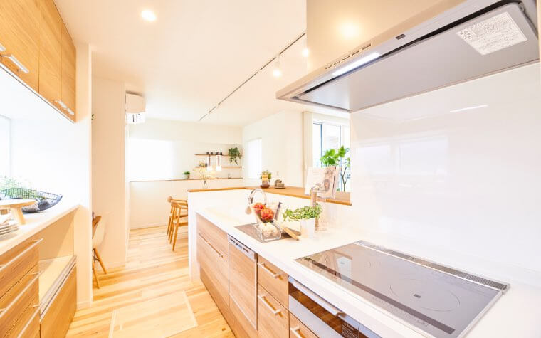収納力たっぷりで使い勝手の良いスマートキッチン。キッズリビングまで見通せるので声かけしながら家事ができます。